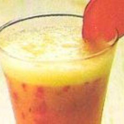 Batida de laranja e ameixa fresca