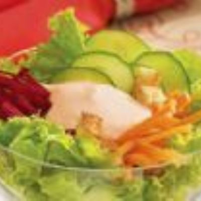 Salada com molho cor-de-rosa