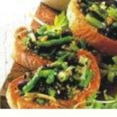 Crostine com Vagem, Salsão e Azeitonas
