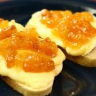 Bruschetta de queijo Brie com geleia de damasco